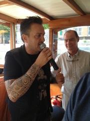 zanger Mick Harren zingt covers van Andre hazes en Rene Froger tijdens rondvaart in Amsterdam