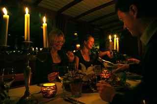 dineren op een luxe rondvaartboot op Amsterdamse grachten. Huur nu salonboot Hilda voor Uw rondvaart in Amsterdam