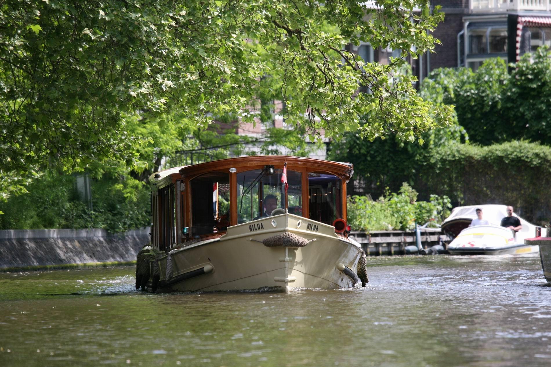 Salonboot Hilda varend op de Singelgracht  Amsterdam
