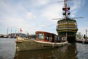 Amsterdam Rondvaart met Salonboot Hilda bij het Maritiem Museum van Amsterdam