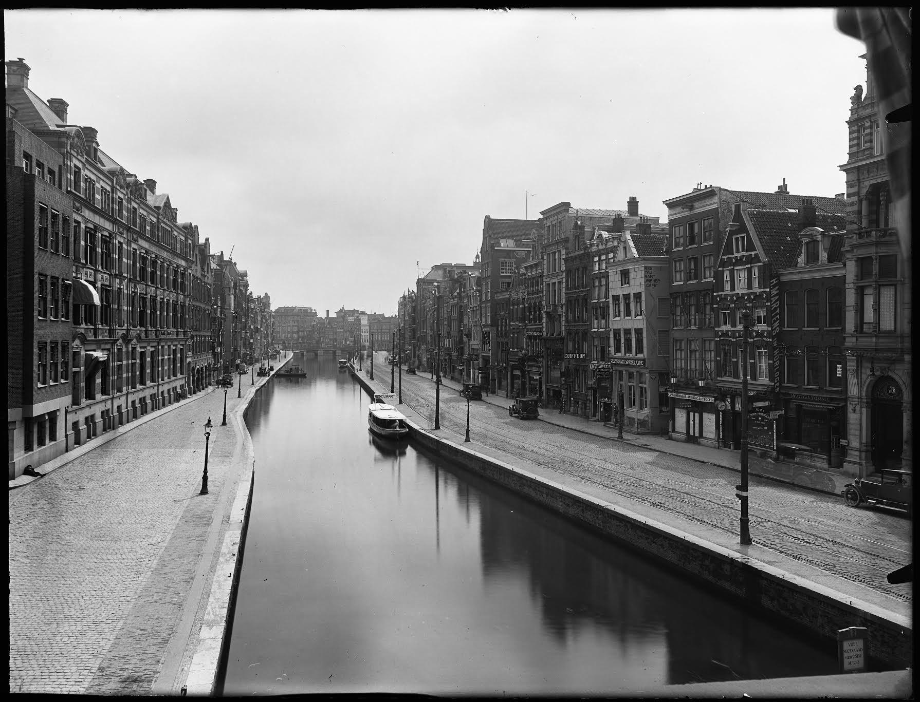 Eerste rondvaartboot van Amsterdam, de Hilda op leeg Rokin April 1930