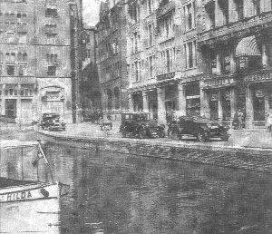 De Hilda als eerste rondvaartboot van Amsterdam in 1930 toen het Rokin nog niet gedempt was.