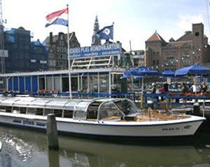 De Hilda IV(4) zoals hij nu vanaf het het Damrak rondvaarten door de Amsterdamse grachten maakt.
