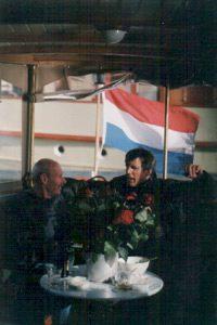 De eerste gasten voor de eerste rondvaart met de eerste rondvaarboot van Amsterdam vinden een plek achterin. Restauratie rondvaartboot is klaar