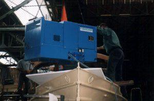 De generator, bron van alle energie, wordt ingehesen.