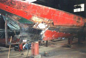 Hier is al een en ander uit het rondvaartschip gesneden, wat vernieuwd ging worden.