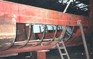 Vele huidplaten van deze oude rondvaartboot zijn vervangen.