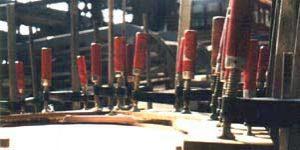 Close-up houtklemmen voor de opbouw van de restauratie van de oudste rondvaarboot van Amsterdam.