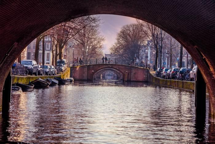 Varen in Amsterdam met de rust van de ochtend langs de 7 bruggen