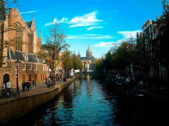 Rrustige Oude Zijds Voorburgwal, nu een plek waar het altijd druk is met toeristen, maar waar het ook zo leeg kan zijn.
