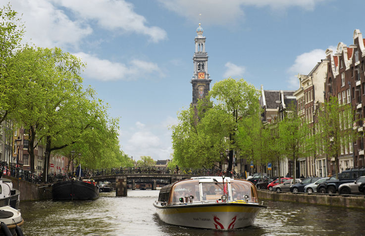 rondvaartboot in de grachten van Amsterdam bij de Westerkerk op de Prinsengracht